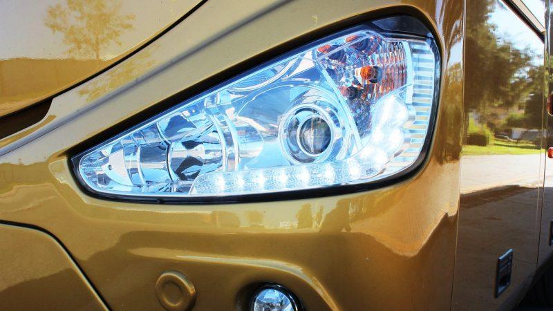 Rénover les phares de voiture devenus opaques